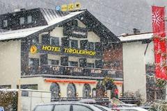 Hotel Tirolerhof im Winter bei Schneefall